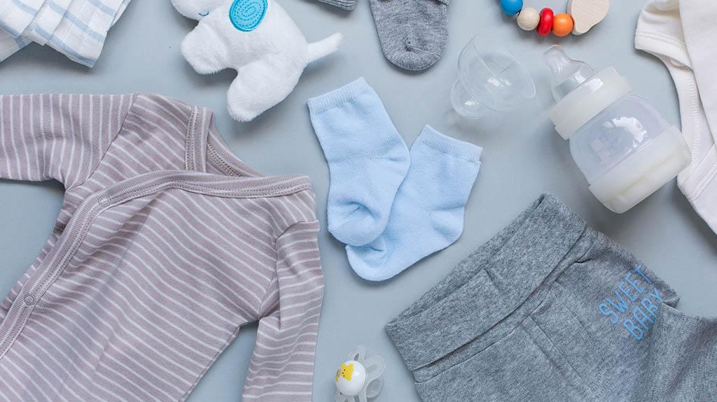 Výbava pre novorodenca - oblečenie a kŕmenie.